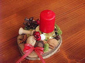 Svietidlá a sviečky - Prírodný svietnik na dreve so sviečkou - 8955136_