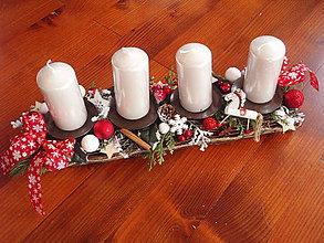Svietidlá a sviečky - Červeno biely adventný svietnik s bielym koníkom 41cm - 8957548_