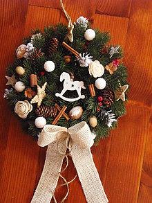 Dekorácie - Vianočný veniec s bielym koníkom 33cm - 8959508_