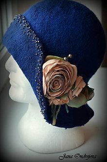 Čiapky - Modrý hodvábno-vlnený klobúk s vintage ružami - 8964490_
