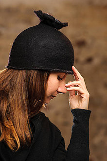 Čiapky - Čierny vlnený klobúk s kvetom, plstený z Merino vlny - 8966125_