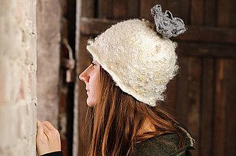Čiapky - Šedo-biela chlpatá čiapka s kvetom, plstená z Merino vlny - 8966142_