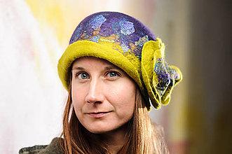 Čiapky - Dámsky fialový klobúk z Merino vlny a hodvábu s kvetom - 8966171_