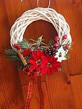 Dekorácie - Vianočný venček s vian. kvetmi so stromčekom - 8965504_