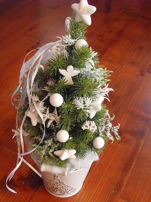 Biely vianočný stromček s anjelikom