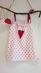 Dievčenské bavlnené šaty s vreckom na tajomstvá- cyklámenová bodka so srdiečkom