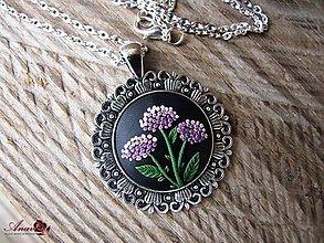 Náhrdelníky - Kvetinový prívesok s retiazkou - 8981679_