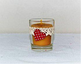 Svietidlá a sviečky - Sviečka z včelieho vosku v sklenom poháriku s bodkovaným srdiečkom - 8989438_