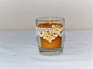 Svietidlá a sviečky - Sviečka z včelieho vosku v sklenom poháriku s motýlikmi a čipkou - 8989567_