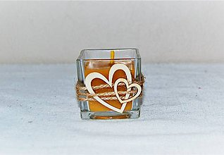 Svietidlá a sviečky - Sviečka z včelieho vosku v skle s drevenými srdiečkami  - 8989600_