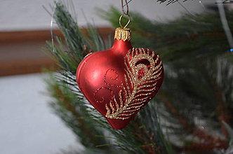 Dekorácie - Červené srdiečka s pávím pierkom - 8994574_