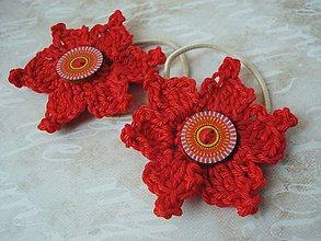 Ozdoby do vlasov - gumička - červený kvet s vintage gombíkom - 9000146_