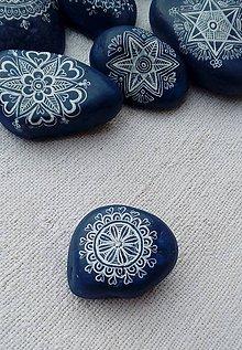 Dekorácie - Modré drobné kamienky s bielou kresbou - Na kameni maľované - 9001734_