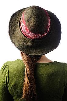 Čiapky - Tmavozelený plstený klobúk so širokou strechou - 9007038_