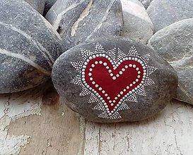 Dekorácie - Gaderské srdiečko v bielej čipke - Na kameni maľované - 9009435_