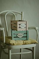 Nábytok - Pastelová bednička s ceduľkou - 9007919_