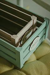 Nábytok - Pastelová bednička s ceduľkou - 9007923_