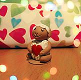 Dekorácie - Zamilovaná ovečka (FIMO figúrka) - 9010605_