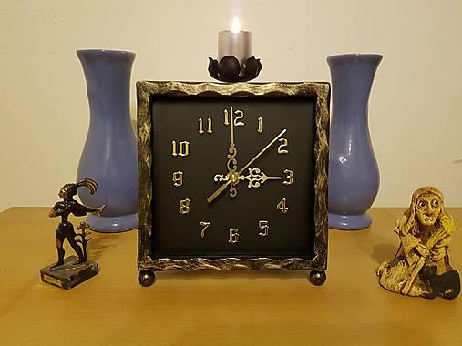 Kovové hodiny so svietnikom