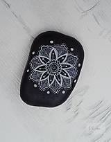 Jemná kresba - čiernobiely - na kameni maľované