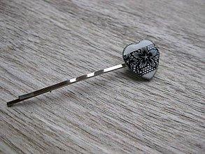 Ozdoby do vlasov - Čierno biele čipkované srdiečko sponka 1 ks, č1686 - 9017296_