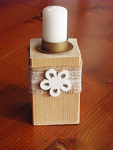 Svietidlá a sviečky - Drevený svietnik s jutou a bielym kvietkom - 9018113_