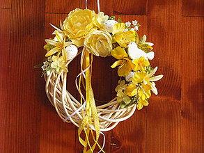 Dekorácie - Veľkonočný žltý veniec s dreveným vtáčikom - 9019183_