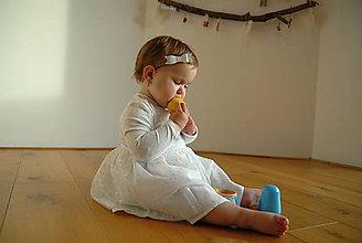 Ozdoby do vlasov - Dievčenská nylonová čelenka – biela glitrová mašlička - 9033072_