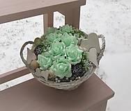 Dekorácie - mentolové ruže v košíčku so srdiečkami - 9039918_