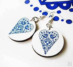 Náušnice - Modré folklórne visiace náušnice - kruhy so srdiečkom - 9040676_