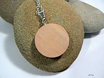 Náhrdelníky - Ľudový motív v drevenom lôžku -prívesok s retiazkou - 9039843_
