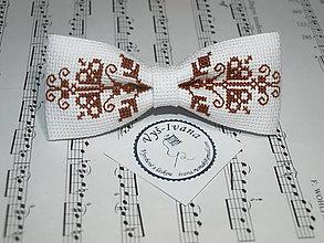 Doplnky - Vyšívaný motýlik hnedý Róbert na bielom plátne - 9045015_