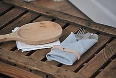 Úžitkový textil - ľanový obrúsok s koženým remienkom (sivomodrý) - 9043016_