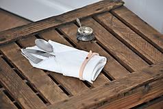 Úžitkový textil - ľanový obrúsok s koženým remienkom (biely) - 9043034_
