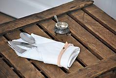 Úžitkový textil - ľanový obrúsok s koženým remienkom (biely) - 9043035_