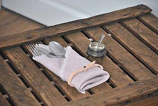 Úžitkový textil - ľanový obrúsok s koženým remienkom (sivoružový) - 9043020_