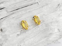 585/14k zlaté náušnice s prírodným žltým zafírom