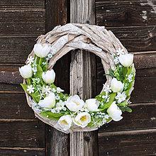 Dekorácie - Jarný drevený veniec s tulipánmi - 9045829_