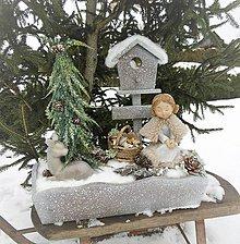 Dekorácie - zimná dekorácia s dievčatkom s teplou pelerínkou - 9051080_