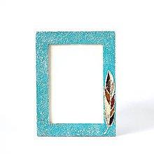 Rámiky - Tyrkysový rám s pierkom - texturovaný kovový rám s patinou - 9050693_
