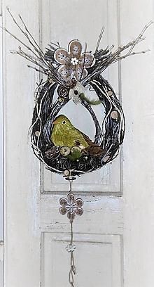 Dekorácie - Závesná jarná dekorácia s vtáčím hniezdom - 9058092_