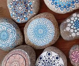 Dekorácie - Modrý alebo tyrkysový? - Na kameni maľované - 9057967_