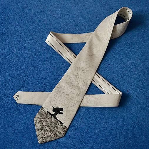 Šedá hedvábná kravata s lyžařem