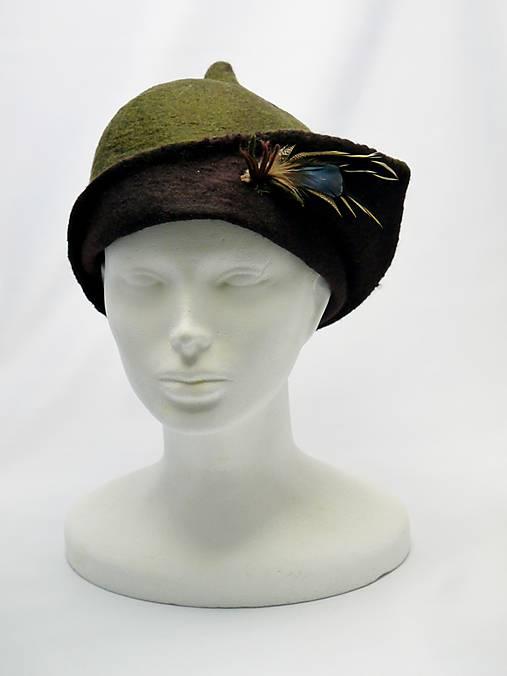 5086ccb91 Ručne plstený zeleno hnedý klobúk s pierkami / GoForFelt - SAShE.sk ...