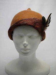 Čiapky - Ručne plstený klobúk s pierkami, teplá hnedá farba - 9063422_