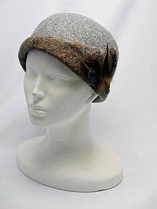 Čiapky - Ručne plstený šedý klobúk s pierkami - 9063498_