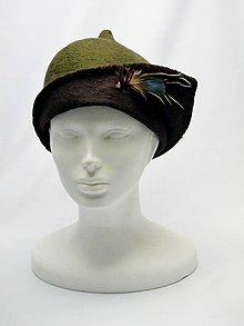 Čiapky - Ručne plstený zeleno hnedý klobúk s pierkami - 9063552_