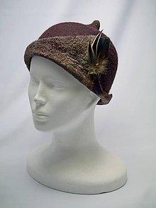 Čiapky - Ručne plstený klobúk s pierkami, tmavo hnedý - 9063601_