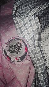 Odznaky/Brošne - Látková brošňa - čipkové srdiečko - 9063824_