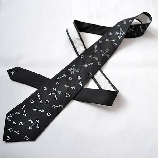 Decentní černá valentýnská kravata